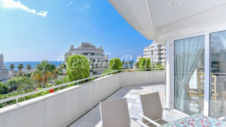 Apartamento con espaciosa terraza y preciosas vistas al mar