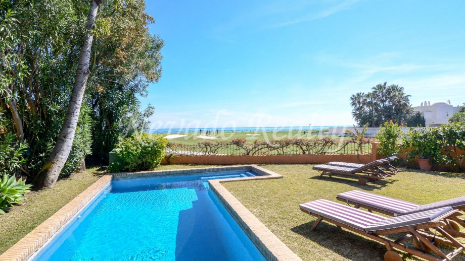 Villa en Guadalmina Baja con vistas al mar y alo golf