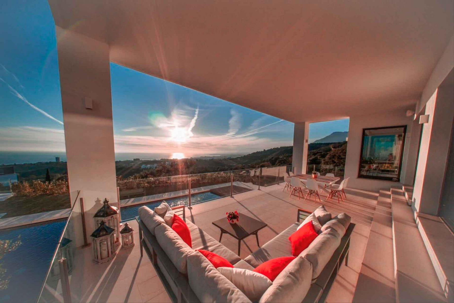 Villa con terraza de vistas panorámicas en Marbella