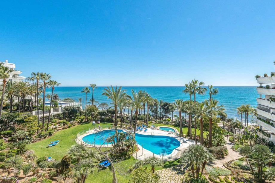 Apartamento con vistas al mar en primera línea de playa en la mejor zona de Marbella