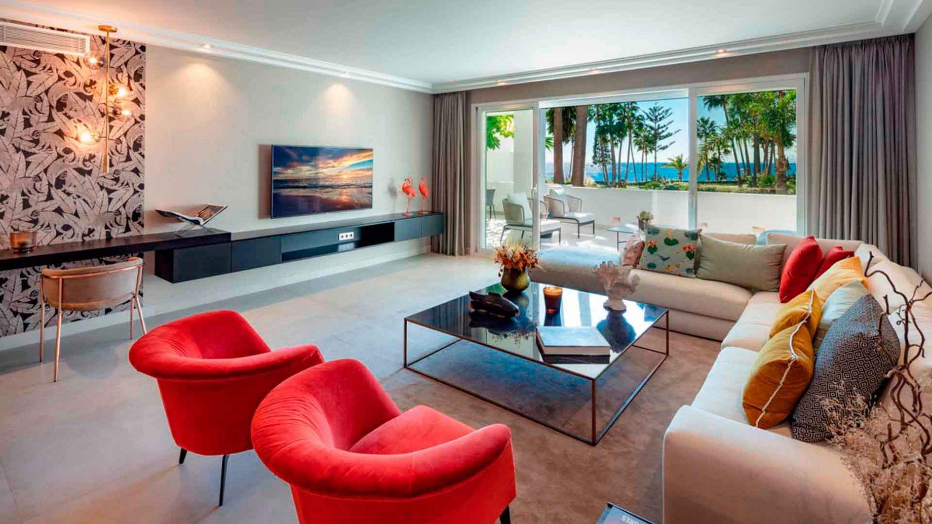 Apartamento con vistas al mar desde el salón en Marina Puente Romano
